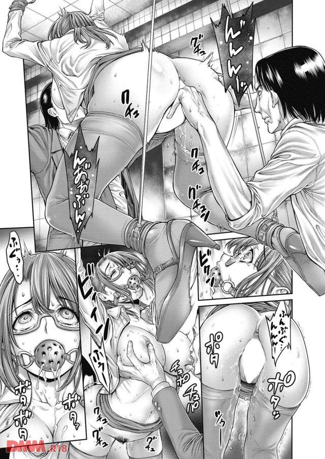 四つん這いにさせられ、後ろから激しく手マンされると目を見開いて感じ始める。膣からは大量に愛液が垂れ流れて、装着された猿轡の穴からは溢れんばかりの唾液が垂れ落ちている