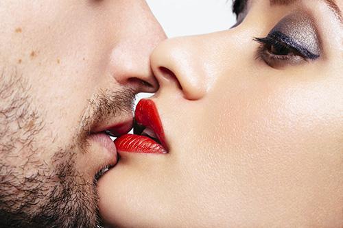 彼を欲情させるほどのエロいキスをするときに合わせて使える小技